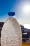 το μπουκάλι ρίχνει το ύδωρ Στοκ Εικόνες
