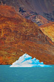 Το μπλε-άσπρο παγόβουνο Στοκ Φωτογραφίες