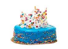 Το μπλε κέικ γενεθλίων με ζωηρόχρωμο ψεκάζει Στοκ φωτογραφία με δικαίωμα ελεύθερης χρήσης