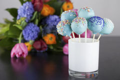 Το μπλε κέικ σκάει με ζωηρόχρωμο ψεκάζει με τα όμορφα λουλούδια στοκ φωτογραφία με δικαίωμα ελεύθερης χρήσης