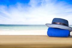 Το μπλε καπέλο πέρα από τον μπλε πύργο στον ωκεανό και το μπλε ουρανό backgroun Στοκ φωτογραφία με δικαίωμα ελεύθερης χρήσης