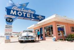 Το μπλε καταπίνει το μοτέλ, διαδρομή 66 Νέο Μεξικό ΗΠΑ Tucumcari Στοκ Φωτογραφία