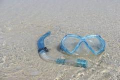 Το μπλε κολυμπά με αναπνευτήρα στην παραλία Στοκ εικόνες με δικαίωμα ελεύθερης χρήσης