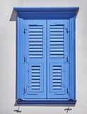 Το μπλε κλείνει με παντζούρια το παράθυρο Στοκ φωτογραφίες με δικαίωμα ελεύθερης χρήσης