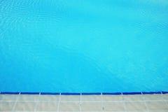 Το μπλε νερό στη λίμνη και πλησιάζει στο υπόβαθρο στοκ φωτογραφίες