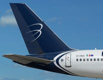 Μπλε λογότυπο αερογραμμών πανοράματος στο αεροπλάνο.   Στοκ φωτογραφία με δικαίωμα ελεύθερης χρήσης