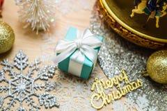 Το μπλε παρόν αυγών της Robin, διακοσμήσεις Χαρούμενα Χριστούγεννας στοκ εικόνες