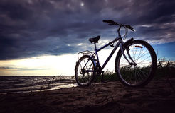 Το μπλε ποδήλατο είναι στην παραλία στη λίμνη στοκ εικόνες