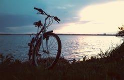 Το μπλε ποδήλατο είναι στην παραλία στη λίμνη στοκ εικόνα με δικαίωμα ελεύθερης χρήσης