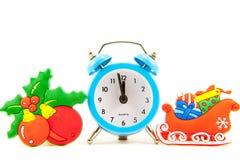 Το μπλε ρολόι το έλκηθρο με παρουσιάζει, σφαίρες Χριστουγέννων στο gree στοκ εικόνα