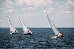 το μπλε σκοτάδι χρώματος αθλητικός νικητής ουρανού πανιών regatta ο πλέοντας Στοκ Φωτογραφία
