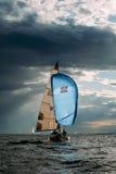 το μπλε σκοτάδι χρώματος αθλητικός νικητής ουρανού πανιών regatta ο πλέοντας Στοκ φωτογραφίες με δικαίωμα ελεύθερης χρήσης