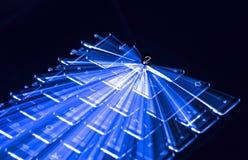 Το μπλε φωτισμένο πληκτρολόγιο, ελαφριά ίχνη εισάγει γύρω το βασικό, μαύρο υπόβαθρο Στοκ εικόνα με δικαίωμα ελεύθερης χρήσης