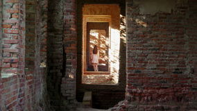 Το μυστήριο νέο κορίτσι στο λευκό εξαφανίζεται σε ένα παλαιό κάστρο απόθεμα βίντεο