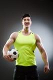Το μυϊκό άτομο με τη σφαίρα ποδοσφαίρου Στοκ εικόνες με δικαίωμα ελεύθερης χρήσης