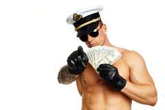 Το μυϊκό άτομο παρουσιάζει χρήματα Στοκ Εικόνες