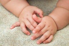 το μωρό δίνει το νεογέννητ&omicr Στοκ φωτογραφία με δικαίωμα ελεύθερης χρήσης
