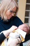 το μωρό αγκαλιάζει τη μητέρ& Στοκ Εικόνα