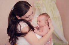 το μωρό αυτή κρατά τη μητέρα Στοκ Φωτογραφίες