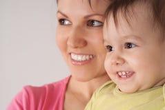 το μωρό αυτή κρατά mom Στοκ Φωτογραφία