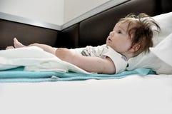 Το μωρό δοκιμάζει το σώμα ανελκυστήρων στο σπορείο στοκ φωτογραφία με δικαίωμα ελεύθερης χρήσης