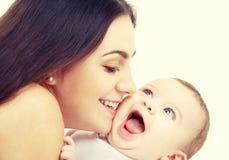 το μωρό είναι απολύτως ευτυχές ακούει το ι της εάν η φιλώντας μητέρα εικόνας ευχαριστεί χρησιμοποιημένος πού Στοκ φωτογραφίες με δικαίωμα ελεύθερης χρήσης