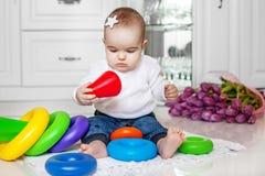 Το μωρό είναι μια χρωματισμένη πυραμίδα Παιδί κάτω από 1 έτος Η έννοια ο στοκ φωτογραφίες με δικαίωμα ελεύθερης χρήσης