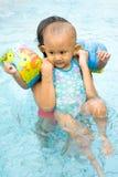 το μωρό μαθαίνει κολυμπά Στοκ Εικόνα