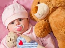 Το μωρό με ââ¬â ¹ ââ¬â ¹ teddy αντέχει Στοκ Εικόνες
