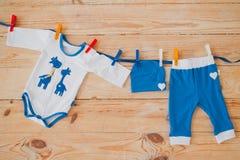 Το μωρό ντύνει νεογέννητο Στοκ εικόνες με δικαίωμα ελεύθερης χρήσης