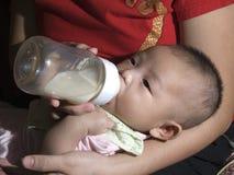 το μωρό πίνει το γάλα Στοκ Εικόνες