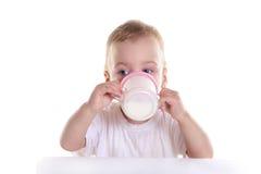 το μωρό πίνει το γάλα Στοκ Εικόνα