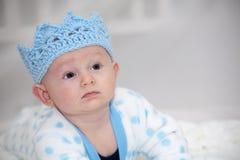 Το μωρό που φορά το μπλε πλέκει την κορώνα Στοκ φωτογραφία με δικαίωμα ελεύθερης χρήσης