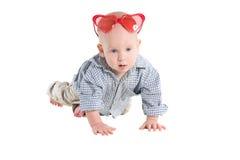 Το μωρό σέρνεται σε όλα τα fours και κοιτάζει Στοκ εικόνες με δικαίωμα ελεύθερης χρήσης