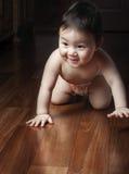 Το μωρό σέρνεται σε όλα τα fours Στοκ Φωτογραφίες
