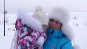 Το μωρό σε ετοιμότητα της μητέρας μου περπατά το χειμώνα στο άσπρο χιόνι την παγωμένη ημέρα Μητέρα με το παιδί για τον περίπατο σ φιλμ μικρού μήκους