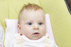 Το μωρό στο κάθισμα παιδιών στοκ εικόνα
