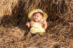 το μωρό της Ασίας κάθεται &tau στοκ εικόνα