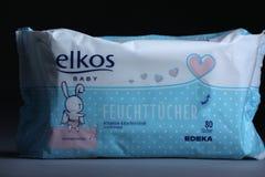 Το μωρό υγρό σκουπίζει, μαύρο υπόβαθρο Στοκ φωτογραφία με δικαίωμα ελεύθερης χρήσης