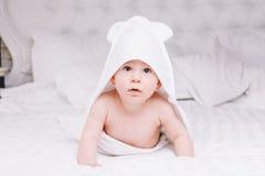 Το μωρό Adorably βρίσκεται στην άσπρη πετσέτα στο κρεβάτι Ευτυχής έννοια παιδικής ηλικίας και υγειονομικής περίθαλψης στοκ εικόνα με δικαίωμα ελεύθερης χρήσης