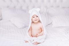 Το μωρό Adorably βρίσκεται στην άσπρη πετσέτα στο κρεβάτι Ευτυχής έννοια παιδικής ηλικίας και υγειονομικής περίθαλψης στοκ εικόνες με δικαίωμα ελεύθερης χρήσης