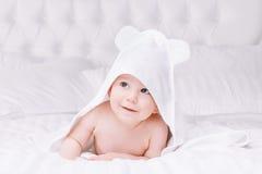 Το μωρό Adorably βρίσκεται στην άσπρη πετσέτα στο κρεβάτι Ευτυχής έννοια παιδικής ηλικίας και υγειονομικής περίθαλψης στοκ φωτογραφία