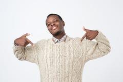 Το μόνο ικανοποιημένο και υπερήφανο νέο αφρικανικό άτομο κοιτάζει haughtily προς τα εμπρός στοκ εικόνες