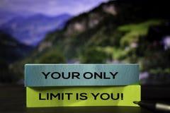 Το μόνο όριό σας είναι εσύ! στις κολλώδεις σημειώσεις με το υπόβαθρο bokeh στοκ εικόνες