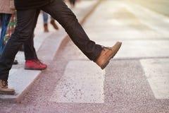 Τολμώντας άτομο που παίρνει το πρώτο βήμα Στοκ εικόνα με δικαίωμα ελεύθερης χρήσης