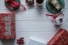 Το νέοι έτος και ο χειμώνας θέτουν στο άσπρο ξύλινο υπόβαθρο με τις κόκκινες και πράσινες και άσπρες λεπτομέρειες, ριγωτούς χρυσό Στοκ εικόνες με δικαίωμα ελεύθερης χρήσης