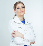 Το νέο άσπρο υπόβαθρο γυναικών χαμόγελου θέτει πρότυπες νεολαίες Στοκ φωτογραφία με δικαίωμα ελεύθερης χρήσης