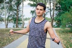Το νέο άτομο ικανότητας με το σχοινί προετοιμάζεται για το workout στο πάρκο Στοκ Φωτογραφίες