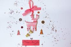 Το νέο έτος επιγραφής σε ένα άσπρο υπόβαθρο περιβάλλεται από τις εορταστικές, χειμερινές ιδιότητες Υπέροχα σχεδιασμένος σε ένα άσ στοκ φωτογραφίες