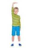 Το νέο αγόρι επιδεικνύει πώς είναι ψηλός στοκ εικόνες